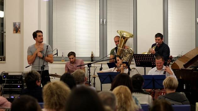 Herec Patrik Děrgel se svou kapelou Ema zahrál v karvinské knihovně.