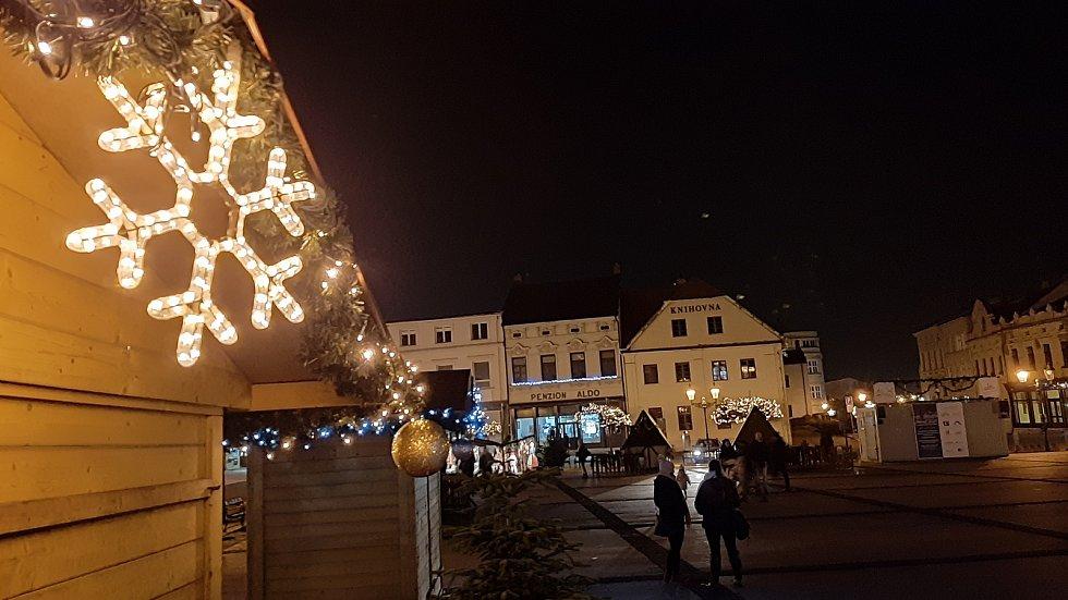 Vánoční výzdoba v Karviné. Podél hlavní třídy, u obchodního centra Korso, na Masarykově náměstí a všechny tři vánoční stromy.