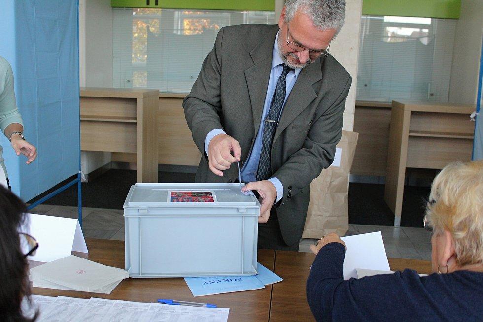 Už pár minut po zapečetění urny dorazili na 1. karvinský okrsek první voliči.