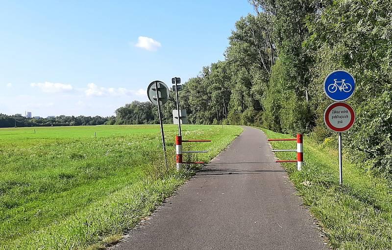 Karviná-Louky. Z původní obce zbylo torzo poté, co její velká část padla v 80. letech za oběť těžbě uhlí. Cyklostezka vedoucí od řeky kolem fotbalového hřiště.