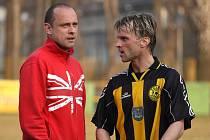 Patrik Siegl (vpravo) již v dresu Těšína. Po zápase si povykládal s brankářem Karviné Jakubem Kafkou.