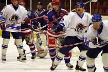 Hokejisté Orlové (v bílém) se herně i výsledkově zvedají.