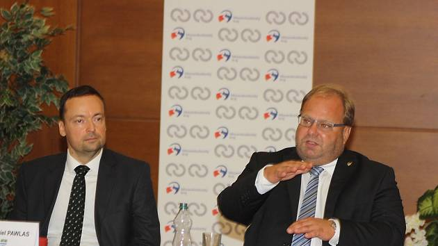 Primátor Havířova Daniel Pawlas (vlevo) a hejtman MSK Miroslav Novák při vysvětlování budoucího nakládání s komunálním odpadem v regionu.