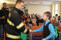 Slavnostní vyhodnocení soutěže BESIP. Ocenění vítěze v kategorii starších žáků Richarda Unucka.