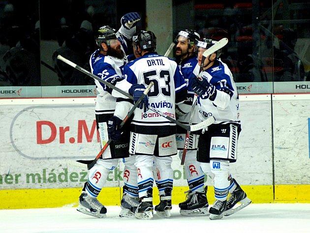 Hokejisté Havířova (vbílém) prohráli vKarlových Varech 4:6.