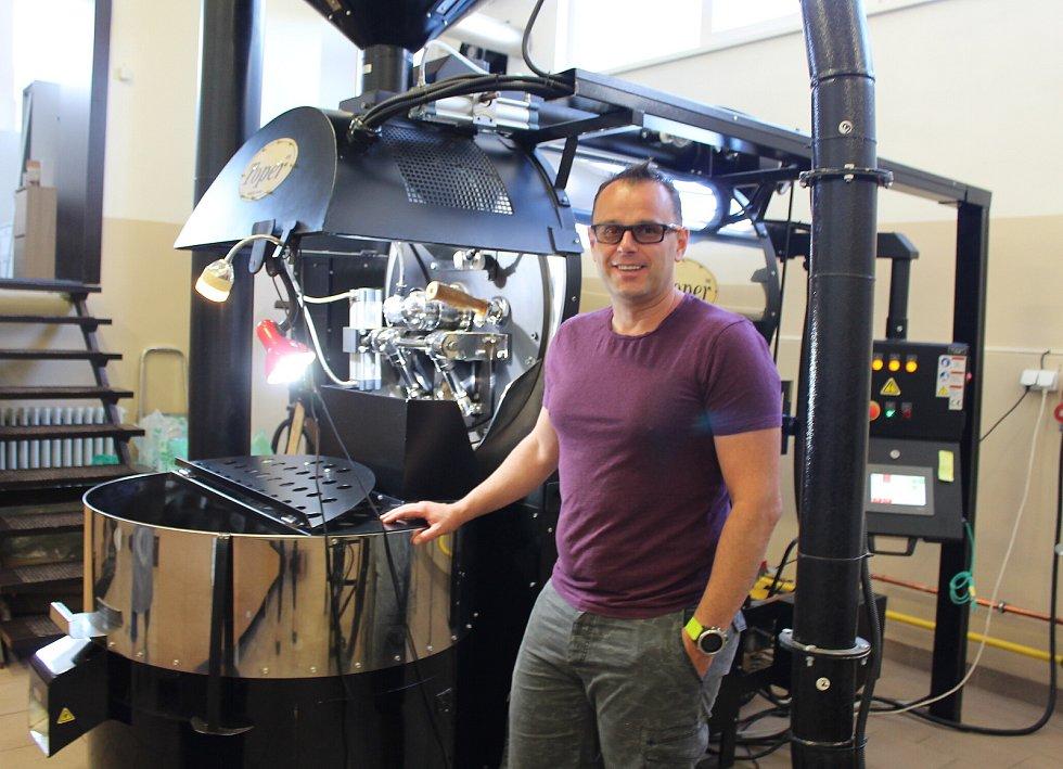 Provozovatel albrechtické pražírny kávy Michal Štusek ve svém království, kde se míchají a zkoušejí chutě kávy z celého světa.