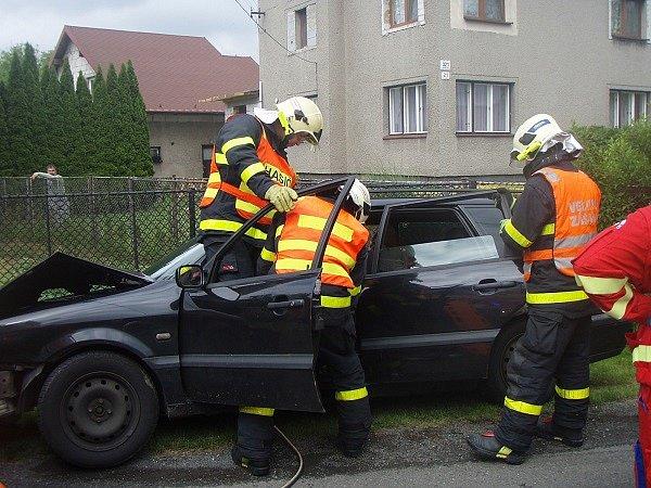 Zraněnou polskou řidičku vyprošťovali v neděli dopoledne hasiči havarovaného z osobního automobilu. Po nárazu do sloupu elektrického vedení zůstala žena uvězněná v havarovaném autě.