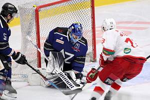 Prvoligoví hokejisté Havířova (v modrém) skončili v sezoně 2020/21 třináctí.