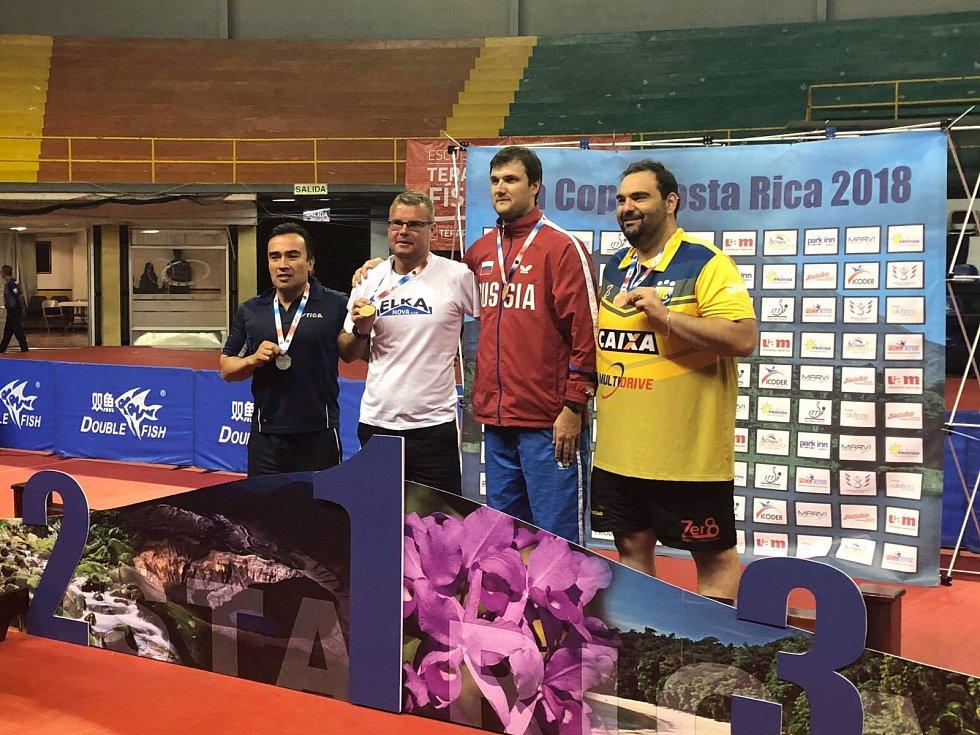 Ivan Karabec (v bílém tričku) se zlatou medailí na Costa Rica Open.