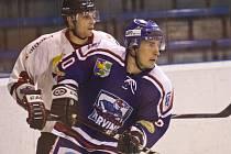 Karvinští hokejisté doma podlehli Porubě na nájezdy. V tomto utkání se loučil s domácími barvami Libor Pavliš.