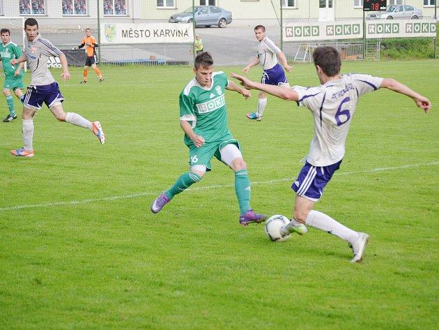 Erik Puchel (v zeleném) bojuje o míč s mohelnickým Tomášem Vasiljevem v divizním utkání.