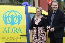 Zástupci havířovské organizace ADRA převzali v úterý v Karviné od Nadace ČEZ nový automobil, který bude sloužit k rozvozu materiálu.