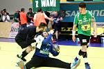 Brankář Karviné Jakub Lefan se raduje s Markem Monczkou ze druhé výhry na horké palubovce Zubří.