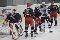 Vyrazit je možno třeba na hokej, hraje se už play off krajské soutěže.
