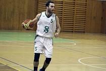 Basketbalisté Sokola (na snímku Hubáček) si domů přivezli jednu výhru.