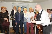 Při slavnostmím otevření zahrál i písničkář Pavel Helan.