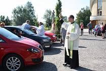 Kněz v Karviné a ve Stonavě žehnal motorovým prostředkům.