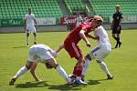 Fotbalisté Karviné (v bílém) remizovali s Třincem 1:1.