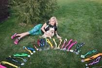 Inge Galiová a její přehlídka medailí z běžeckých závodů.