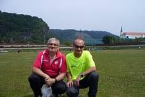 Běžci Jiří Kruliš (vlevo) a Martin Bušek z Havířova během Mistrovství ČR veteránů v atletice v Děčíně.