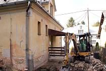 Stavební práce v okolí karvinské protialkoholní stanice.