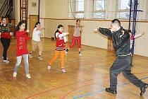 Karvinský rapper učí žáky pudlovské školy základy sebeobrany.