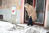 Opraví někdo někdy nebezpečný chodník k jednomu z karvinských vchodů? Zatím to vůbec není jisté...