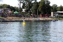 Méně lidí bylo na Těrlické přehradě také v neděli odpoledne.