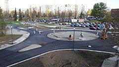 Rondel u zimního stadionu je praktický hotov a odvážní řidiči už po něm, i přes zákazové značky, jezdí.