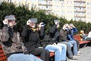 Zatmění Slunce si v centru Havířova nenechali ujít studenti Gymnázia Komenského a jejich kolega ze Slezské univerzity.