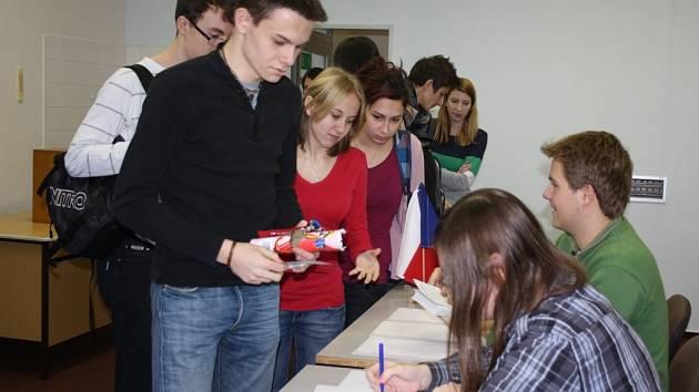 Studenti orlovského gymnázia si vyzkoušeli nanečisto prezidentské volby.