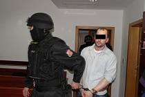 Během soudního procesu měl Roman P. pouta na rukou i nohou. Dohlížela na něj ozbrojená eskorta.