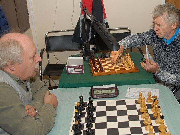 Karvinský Jaroslav Olšar (vpravo) vyhrál partii s Pavlem Žákem a tak se zasloužil o nerozhodný výsledek svého družstva.