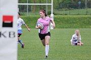 V Havířově proběhl elitní turnaj ženského ragby. Domácí hráčky (v růžovém) na něm poprvé v historii vyhrály.