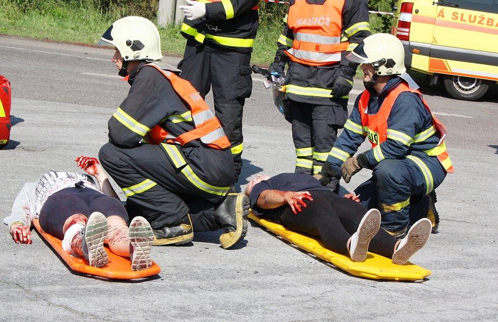 Fingovaná hromadná nehoda autobusu plného středoškoláků prověřila všechny složky Integrovaného záchranného systému a jejich spolupráci.