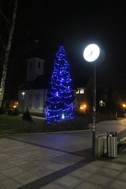 Vánoční výzdoba v Karviné. Vánoční strom u kostela sv. Marka.