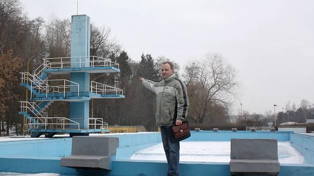 Uzavřené letní koupaliště v Orlové. Archivní snímek je z roku 2012.