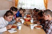 ADRA pomáhá dětem a rodinám v Mukačevu a okolí. Školní obědy pro některé děti platí čeští dárci.