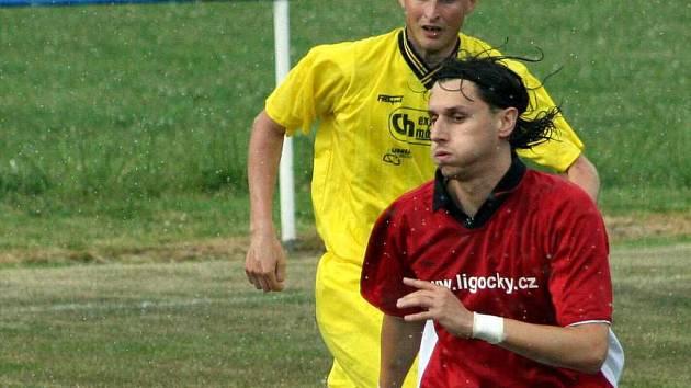 Jeden ze čtveřice Martinů v dětmarovickém dresu – Šrámek (v popředí) stanovil konečné skóre místního derby.
