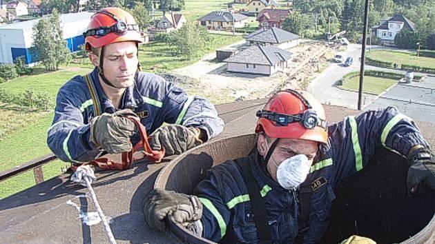 Záchrana čápa z komína.