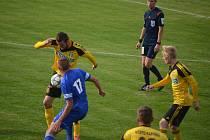 Karviná (žluté dresy) zdolal Rýmařov.