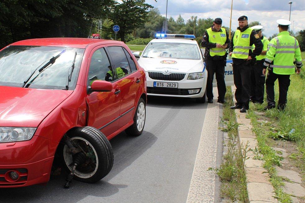 Utrženým kolem o obrubník skončila jízda opilého řidiče na Orlovské ulici v Havířově.