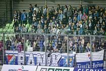Loni v březnu se do hostujícího sektoru karvinského stadionu nedostali všichni příznivci Baníku, kteří k derby přijeli.
