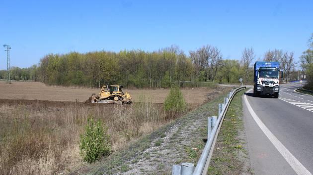 Na začátku května by měla konečně začít stavba silničního obchvatu Karviné. Na místě, kudy cesta povede, se rozjely přípravy.