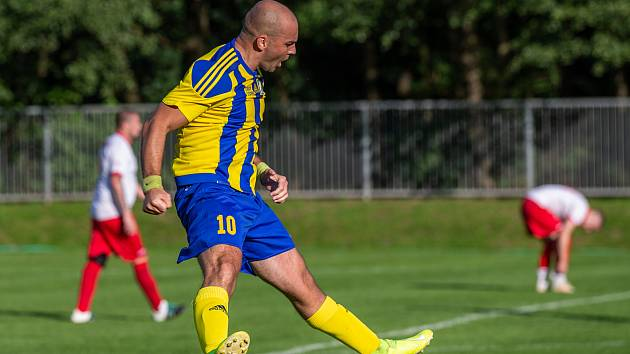 Kanonýr Stonavy Josef Zoller se raduje z jednoho ze svých dvou gólů do sítě rivala.
