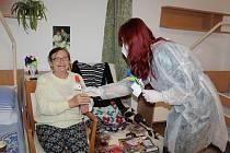 V rámci spolupráce se SeniorCentrem Havířov navštívili klienty dobrovolnice z ADRY, které jim předaly ručně vyrobené papírové růže se vzkazy od dětí z mateřských a základních škol.
