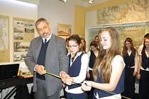 Ředitel Muzea Těšínska Zbyšek Ondřeka zahajuje stálou expozici s dětmi ze ŽŠ Žákovská.