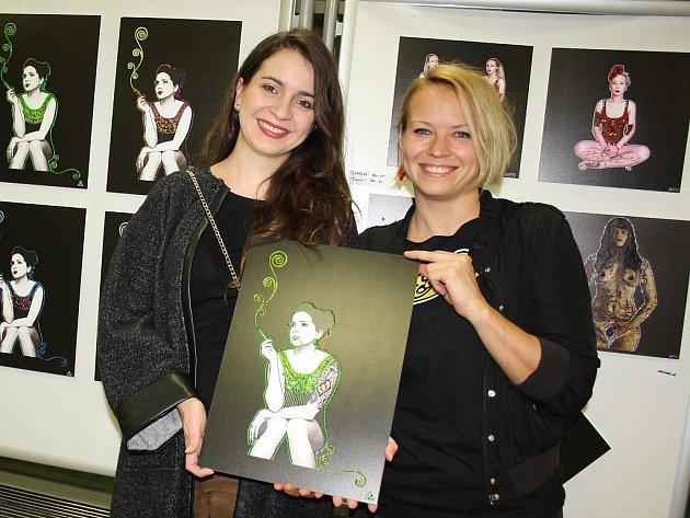Výtvarnice Lusi Lu (vpravo) s jednou z kmenových hereček studia Horrorwatch, Silvií Matúšovou.
