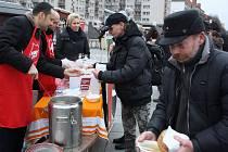 Podávání sváteční polévky Armády spásy s primátorem a jeho náměstky v havířovském vánočním městečku.