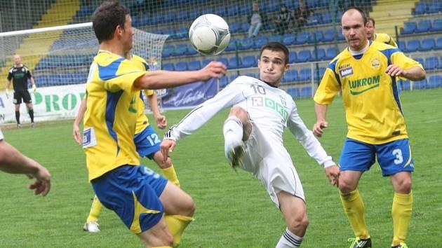 Karvinští fotbalisté (v bílém) podlehli Zlínu na jeho půdě 1:2.
